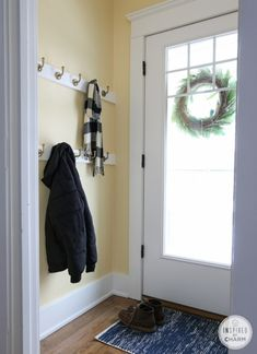 Small Entryway Ideas for Small Space with Decorating Ideas Small Entryway Ideas – No matter where you are living, your home is a way to express how you live Diy Coat Rack, Coat Hanger, Coat Racks, Small Rooms, Small Spaces, Entryway Coat Hooks, Entryway Paint, Wall Coat Hooks, Diy Coat Hooks