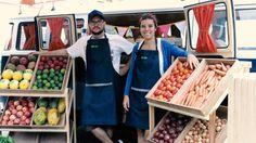 Dois casais de amigos juntaram 40 mil reais e colocaram uma Kombi repleta de alimentos orgânicos para girar em São Paulo. Deu mais certo do que eles imaginavam.