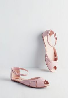 Pastel Me a Tale Flat in Petal. Seated primly in these pastel pink flats, your pals gather around to hear some of your amusing anecdotes. #pink #modcloth