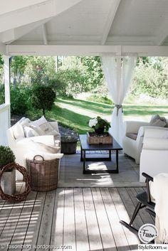 Veranda inspiration - få New England stilen - Inredningsvis Outdoor Rooms, Outdoor Living, Outdoor Furniture Sets, Rustic Rocking Chairs, Rustic Outdoor, Outdoor Decor, Pergola, Gazebo, Home Porch