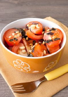 Салат из помидоров с орешками