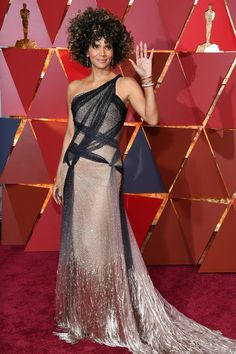 Halle Berry Photos Photos - Actor Halle Berry attends the 89th Annual Academy Awards at Hollywood & Highland Center on February 26, 2017 in Hollywood, California. - 89th Annual Academy Awards - Arrivals