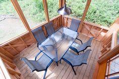 Chalet le Malard en été.L'intérieur du gazébo permanent le jour, table et 6 chaises, 2 prises électriques, 2 puits de lumière, moustiquaires.