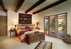 meuble mexicain dans la chambre à coucher aménagée avec un grand lit, un petit…