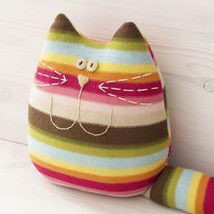 Chat coussin à rayures- un bon compagnon des enfants  : Linge de lit enfants par handmade-of-passion