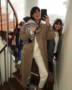 Парижские блогеры о французском стиле - Leia Sfez #тренды2021 #образы2021 #парижскийстиль #уличнаямода #лето2021 #мода2021 Casual Chic, Military Jacket, Raincoat, Trousers, Photo And Video, Mom, Jackets, Outfits, Instagram