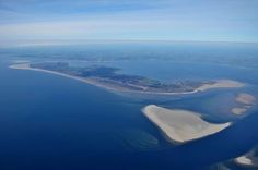 """Insel Fanø von oben - eine Traumkulisse für das internationale Strikkefestival in Dänemark. Wir wurden gefragt: Was ist für euch typisch dänisch? """"Ich habe ein Bild mit Sanddünen und Schilf vor Augen und sitze auf einem Stuhl vor meinem Reeddachferienhaus und schaue aufs Meer und mir streicht der Wind ums Gesicht, deshalb habe ich auf meinem Dänemarkurlaub auch eine Boshi im Sommer auf."""""""