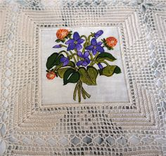 This Pin was discovered by Sûs Crochet Cushion Cover, Crochet Cushions, Crochet Boarders, Crochet Patterns, Knitting Videos, Cross Stitch Kits, Crochet Lace, Doilies, Projects To Try