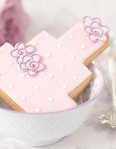http://www.thecakeparlour.com/wp-content/uploads/2011/01/Dotty-Rose-Wedding-Cake-Cookie-300x384.jpg