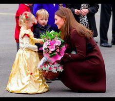 Os momentos mais doces em que Kate recebeu flores dos fãs -