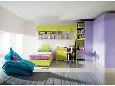 Cameretta singola completa di armadio ad angolo, letto fiore e scrivania con libreria. Colore pervinca e cedro con pomolo fiore.