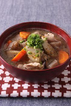 味の入りにくいこんにゃくとごぼうを先に炒め、しょうゆをからめておくと、味がぼやけません。みそも2回に分けて香りよく。