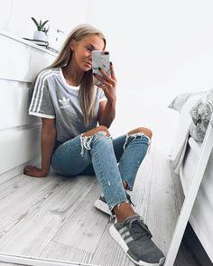 Sneaker Outfits für Frauen – endlich stehen die wärmeren Tage an und es wird Zeit für ein lässiges Sneaker Outfit für die Stadt. Ihr wollt beispielsweise mit euren bequemen NMDs durch die Stadt schlendern? Passend dazu könnt ihr eine Ripped Jeans und ein adidas Shirt tragen. https://www.instagram.com/karolinlisa/