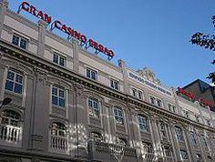 El antiguo Edificio Coliseo Albia se inauguró en 1916 como uno de los primeros cines de la ciudad. El paso de los años lo ha ido transformando en diferentes establecimientos, incluyendo el teatro Albia que durante décadas fuera epicentro de la ópera y del teatro en Bizkaia acogiendo voces de la talla de María Callas, Luciano Pavarotti o Alfredo Krauss. Actualmente en el edificio se alojan un hotel, un casino y un restaurante.