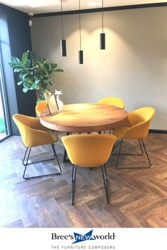 Dining room with a round Table and beautiful yellow chairs Home Living Room, Living Room Decor, Dining Chairs, Dining Table, Dining Set, Dining Rooms, Living Comedor, Ideas Hogar, Dining Room Lighting