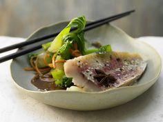 Rotbarben in Folie - mit asiatischem Gemüse - smarter - Kalorien: 276 Kcal - Zeit: 35 Min. | eatsmarter.de Fisch ist gesund und lecker.