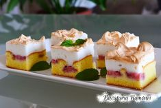 Prajitura cu capsuni si bezea Romanian Food, Great Recipes, Cheesecake, Deserts, Good Food, Food And Drink, Sweets, Cookies, Food