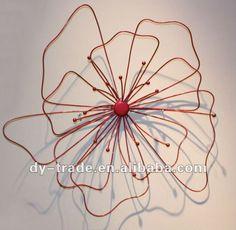 Wire Hanger Crafts, Wire Crafts, Wire Flowers, Giant Flowers, Chicken Wire Art, Art Fil, Diy Fleur, Flower Artists, Metal Garden Art