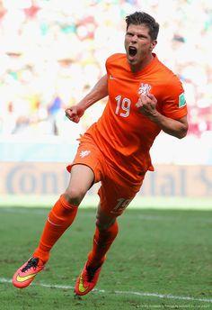 """De penal anoto Klass Jan Huntelaar el segundo tanto de los holandeses en su victoria por uno del seleccionado mexicano: «2014 FIFA Copa Mundo Brasil, """"todos en un mismo ritmo""""» [domingo, 29 de junio de 2014]."""