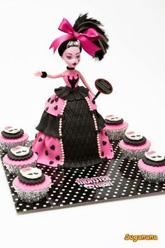 Monster High doll cake looks like it might be Draculaura. Festa Monster High, Monster High Cakes, Monster Cupcakes, Monster High Birthday, Monster High Party, Monster High Dolls, Fete Anne, Draculaura, Barbie Cake
