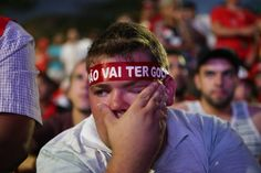 DANIEL TEIXEIRA / ESTADAO - Manifestante chora ao acompanhar votação de impeachment