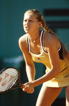 Why a Retro Tennis Look Is a Grand Slam on and off the Court Tennis Gear, Sport Tennis, Tennis Clothes, Play Tennis, Enrique Iglesias, Us Open, Foto Sport, Looks Academia, Tennis Players Female