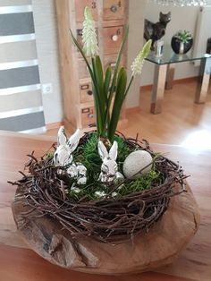 House Plants Decor, Plant Decor, Spring Crafts, Blogger Themes, Grapevine Wreath, Grape Vines, Diy And Crafts, Easter, Wreaths