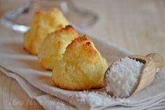 Biscotti al cocco senza farina, con soli tre ingredienti, dei pasticcini ottimi ad ogni occasione, con cocco rapé, uova e zucchero. Per dessert e merende.