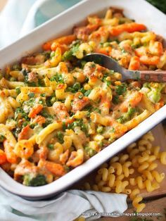 Macaroni casserole with chicken and vegetables - Zapiekanka - Low Calorie Breakfast, Mediterranean Diet Recipes, Cooking Recipes, Healthy Recipes, Big Meals, Chicken And Vegetables, Food Design, Design Design, Graphic Design