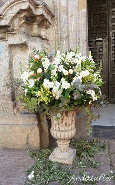 Copa con flores para la entrada de la iglesia de La Compañía, en Córdoba