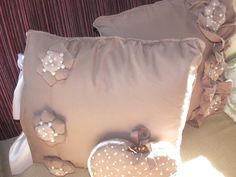 ciao a tutti questo cuscino l ho realizzato con stoffa,perline e per le chiusure laterali ho usato laccio di raso