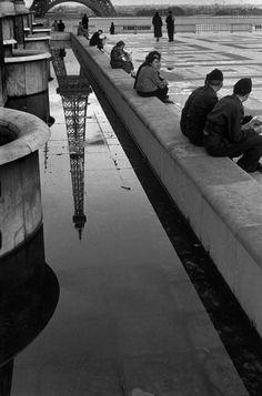 1950 // photo by © Elliott Erwitt / Magnum Photos Urban Photography, Vintage Photography, Street Photography, Minimalist Photography, Color Photography, Magnum Photos, Tour Eiffel, La Belle Epoque Paris, Great Photos