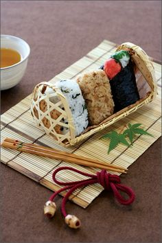 Japanese Bento Rice ball Onigiri Omusubi case box with Bamboo Made in Japan – Food: Veggie tables Japanese Lunch Box, Japanese Rice, Japanese Dishes, Entree Vegan, Sushi Comida, Boite A Lunch, Rice Balls, Mooncake, Food Packaging