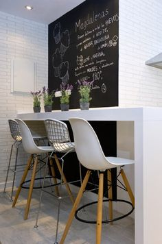 A very useful corner! Kitchen Interior, Kitchen Design, Kitchen Decor, Kitchen Chalkboard, Decoration Inspiration, Home Decoration, Break Room, Small Dining, Modern Interior Design
