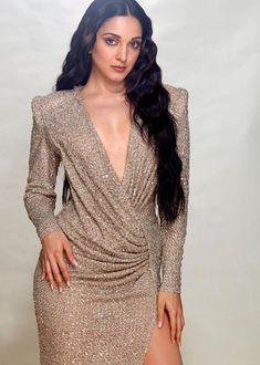 Kiara Advani manages to look ravishing in a body-hugging gold gown Indian Bollywood Actress, Indian Actress Hot Pics, Bollywood Girls, Beautiful Bollywood Actress, Most Beautiful Indian Actress, Bollywood Celebrities, Bollywood Fashion, Beautiful Actresses, Actress Photos