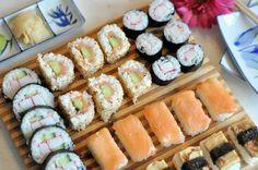 Zelf sushi maken kan je zo makkelijk en moeilijk maken als je zelf wilt. Maar het is ontzettend leuk voor een hele gezellige avond met vrienden. Yummy Snacks, Yummy Food, Asian Recipes, Healthy Recipes, Sushi Plate, Sushi Time, How To Make Sushi, Kimbap, Homemade Sushi