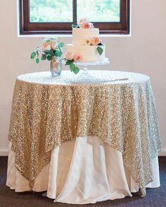 Uma forma linda de deixar seu casamento ainda mais sofisticado é usar toalhas coloridas com poucos acessórios. Fica um arraso!