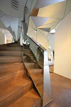 La marque lyonnaise Kozac s'exprime toujours avec une créativité débordante au service des architectes. L'escalier Diamant réalisé pour la joaillerie Lorenz Baumer n'échappe pas à ce génie créatif. Chaque facette se plaît à refléter et à créer des points de vue différents. ©Kozac