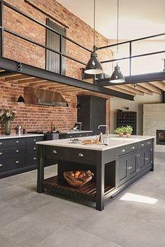 Este é um projeto de cozinha industrial, com tijolos à vista e detalhes em preto com os objetos, pequenos detalhes verdes com as plantas, proporcionando um espaço industrial e ao mesmo tempo com toques naturais, sem contar que as plantas dão um toque especial.