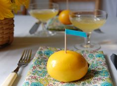 Such a simple idea! Use a lemon as a place card holder. Here the color scheme is yellow and turquoise.