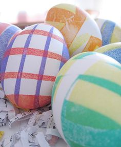Una técnica preciosa de hacer bandas de color en tus huevos decorados - via blog.fiestafacil.com / A beautiful banded technique for your decorated Easter eggs - via blog.fiestafacil.com
