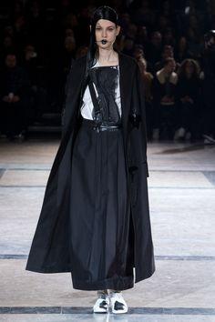 Yohji Yamamoto Fall 2016 Ready-to-Wear Fashion Show #fw16 #avantgarde #fashiondark