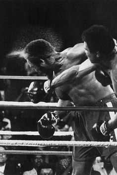 """This is the punch that sent George Foreman sprawling to the canvas in the round. The """"Rumble in the Jungle"""" was the fight that Muhammad Ali deployed his famous Rope-A-Dope strategy (allowing big George to punch himself out).the rest is history. Mohamed Ali, Boxe Mma, Karate, Mma Ufc, Kentucky, Foto Sport, Muhammad Ali Boxing, But Football, Rumble In The Jungle"""