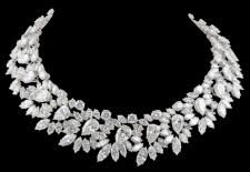 Iconic - HARRY WINSTON Magnificent Wreath Diamond Necklace made in 1964 mounted in platinum contains a total weight of diamonds of carats. Harry Winston, Antique Jewelry, Vintage Jewelry, Jewelery, Jewelry Necklaces, Jewelry Watches, High Jewelry, Fall Jewelry, Summer Jewelry