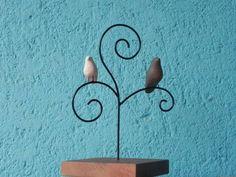Escultura em arame e cerâmica com base de madeira