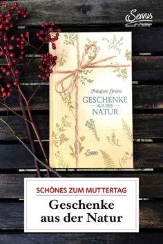 """Wer auf der Suche nach ganz besonderen Geschenkideen ist, wird in Fräulein Grüns Buch """"Geschenke aus der Natur"""" fündig. Kräuterpädagogin Karina Reichl sammelt für das Servus-Buch Kräuter, Blumen und Pflanzen und verarbeitet sie zu Tee, Türkränzen, Badesalz und vielem mehr. #buch #bastelbuch #diy #geschenke Kraut, Book Gifts, Gifts For Women, Organic Beauty, Plants, Flowers, Nice Asses"""