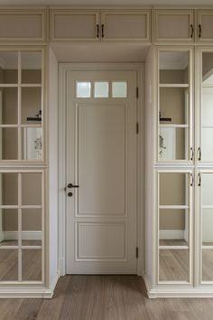 Шкафы выполнены по эскизам дизайнера, Mr Doors. Зеркальные фасады шкафов не перегружают лишенный естественного света коридор, а наоборот, визуально расширяют пространство.