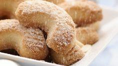 Demi lunes de Noël _ http://www.cuisineaz.com/dossiers/cuisine/biscuits-sables-noel-14645.aspx