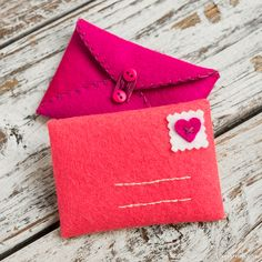 Hand Stitched Felt Envelopes Discover lots of swoon-worthy Valentines crafts, patterns, tutorials and more from handcrafted lifestyle expert Lia Griffith. Valentines Day Cards Handmade, Homemade Valentines, Valentine Crafts, Printable Valentine, Valentine Wreath, Valentine Box, Valentine Ideas, Fabric Envelope, Ladies Day