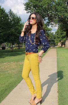 Pantalón mostaza y blusa azul a bolitas